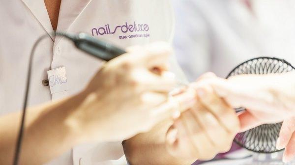 Nagelbearbeitung eines Nailsdeluxe Mitarbeiters